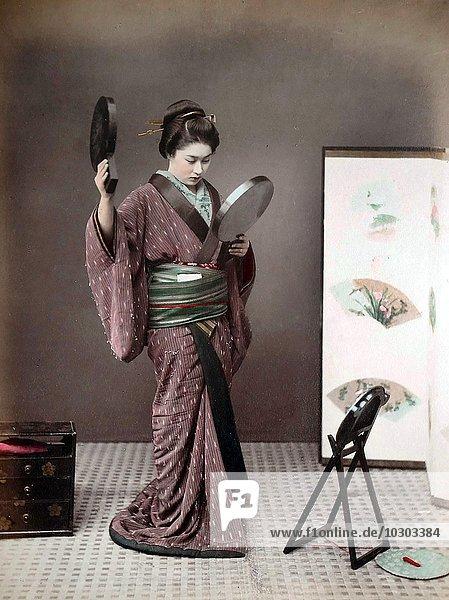 Geisha schaut in den Spiegel  Japan  Asien