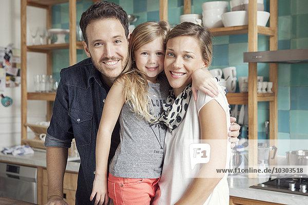 Familie zu Hause zusammen in der Küche  Portrait