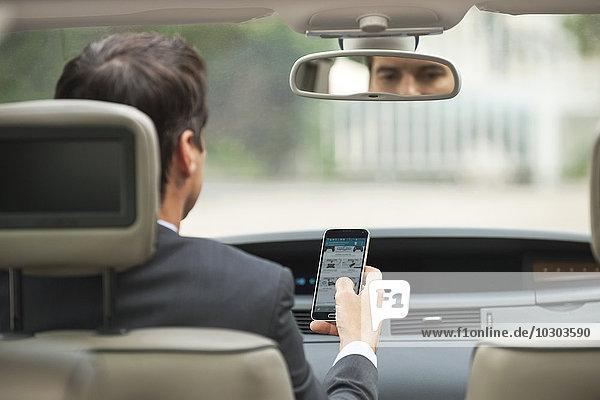 Mit dem Handy beim Autofahren