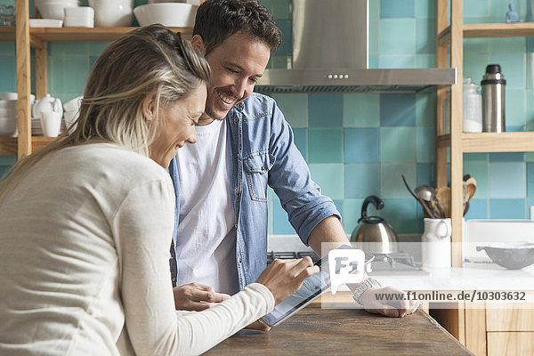 Paar mit digitalem Tablett zu Hause