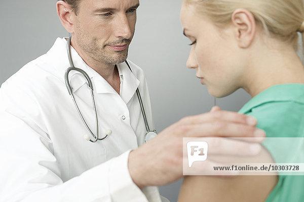 Arzt beruhigt verärgerten Patienten