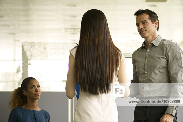 Geschäftskollegen treffen sich im Wartezimmer im Büro