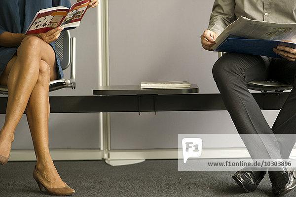 Mann und Frau sitzen im Wartezimmer  niedrige Sektion