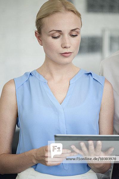 Kollegen beim Betrachten des digitalen Tabletts