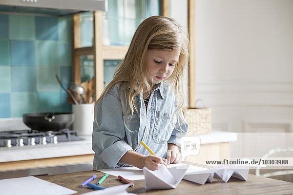 Kleine Mädchen malen in der Küche