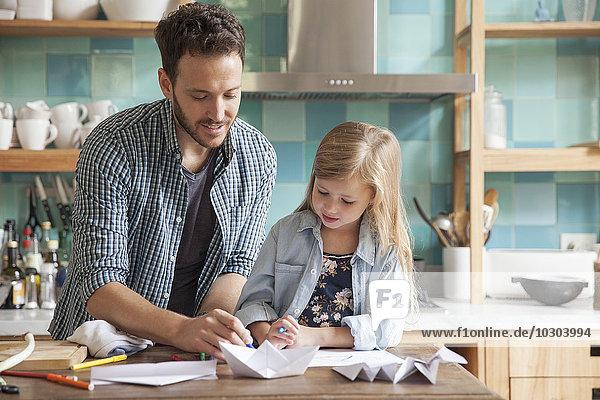 Vater und Tochter zeichnen in der Küche