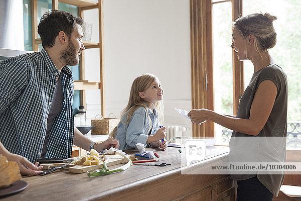 Familie verbringt Zeit zusammen in der Küche