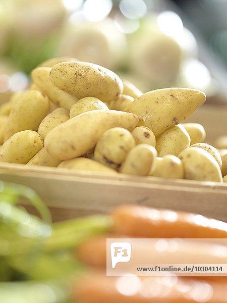 Kartoffeln und Karotten auf dem Bauernmarkt