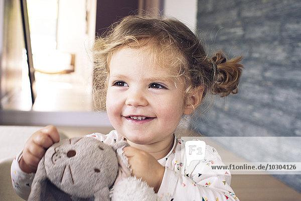 Kleines Mädchen mit Plüschtier  lächelnd  Porträt