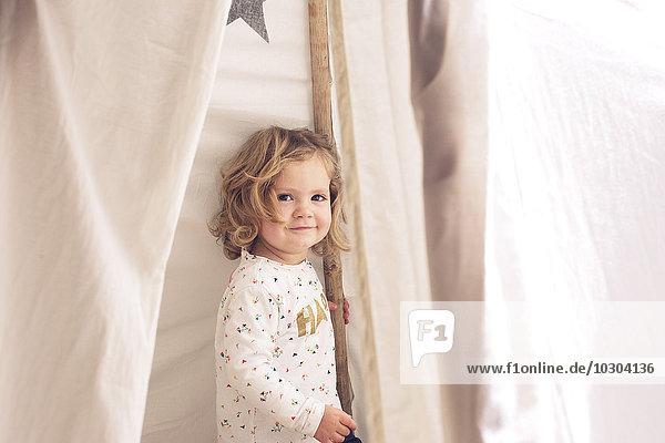 Kleines Mädchen lächelnd im Zelt  Portrait