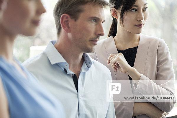 Geschäftsfrau mit Kollegen beim Treffen
