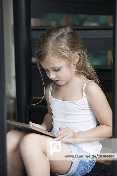 Kleines Mädchen mit digitalem Tablett