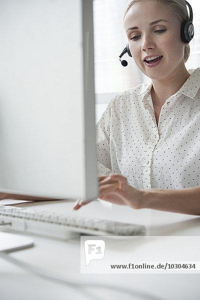 Verkäuferin bei Telefonmarketing-Anruf