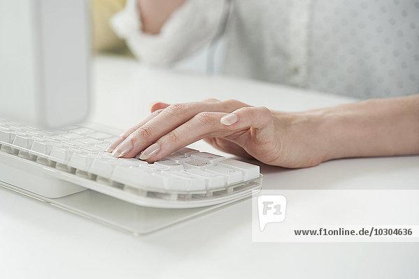Frau beim Tippen auf der Computertastatur  beschnitten