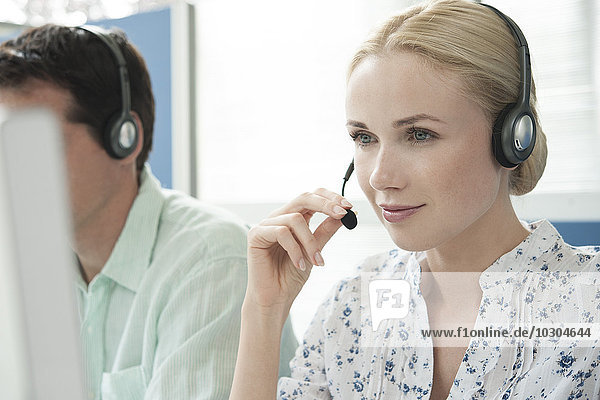 Frau  die im Call Center arbeitet