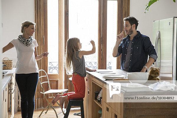 Familie zusammen zu Hause in der Küche