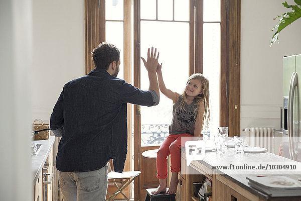 Vater und Tochter high-five