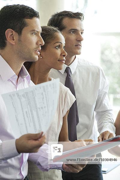 Büroangestellte  die bei der Besprechung aufpassen
