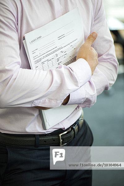 Geschäftsmann hält Vertrag gegen Brust  abgeschnitten