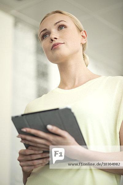 Geschäftsfrau mit digitalem Tablett bei der Präsentation