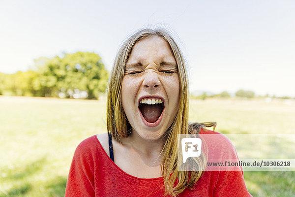 Porträt eines jungen Mädchens im Freien schreiend
