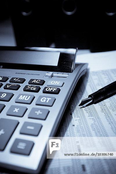 Rechner  Stift und Papier mit Zahlenkolonne