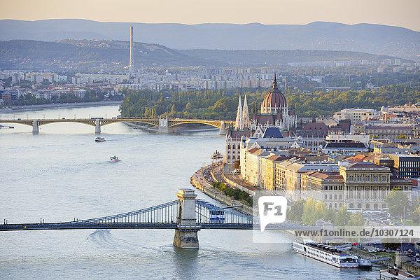 Ungarn  Budapest  Blick auf die Donau  Kettenbrücke und Parlamentsgebäude  Margaretenbrücke und Margareteninsel