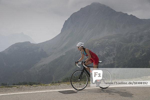 Schweiz,  Engadin,  Radfahrer am Berninapass