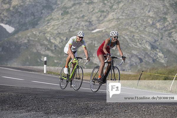 Schweiz  Engadin  zwei Radfahrer am Berninapass