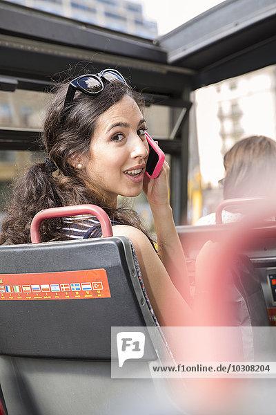 Deutschland  Berlin  junge Touristin auf Städtereise im Reisebus