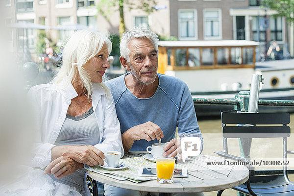 Niederlande  Amsterdam  Seniorenpaar in einem Outdoor-Café