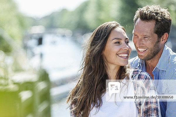 Niederlande  Amsterdam  glückliches Paar im Freien