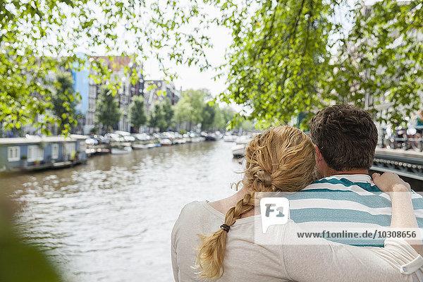 Niederlande  Amsterdam  Ehepaar am Stadtkanal