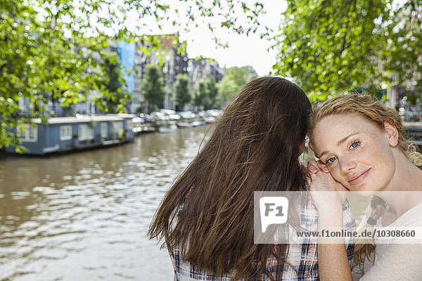 Niederlande  Amsterdam  zwei Frauen am Stadtkanal