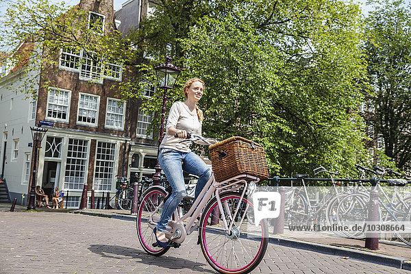 Niederlande  Amsterdam  Fahrradfrau in der Stadt