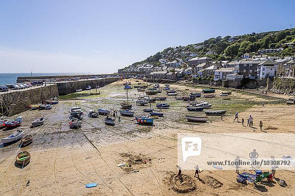 UK  Cornwall  Mousehole  Fischereihafen bei Ebbe