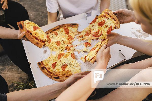 Freunde teilen sich eine Pizza