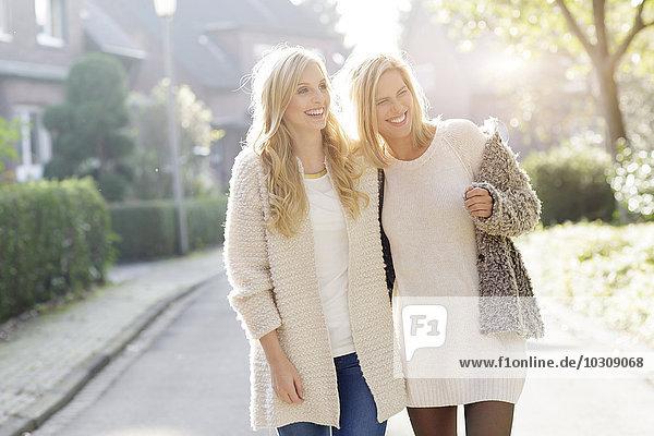 Zwei lächelnde blonde Frauen haben Spaß zusammen