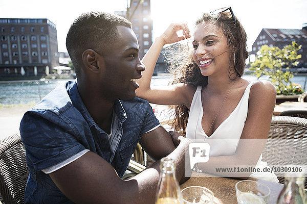 Deutschland,  Duisburg,  junges Paar in einem Cafe im Medienhafen