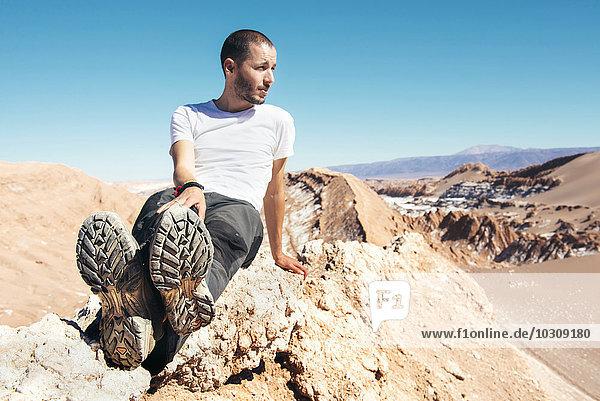 Chile  Atacama-Wüste  Mann auf einem Bergkamm sitzend
