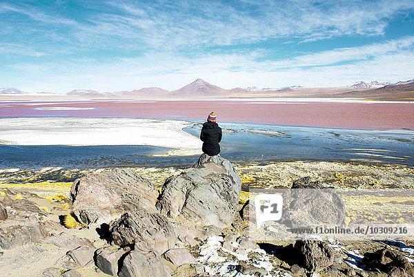 Bolivien  Potosi  Frau bewundert Laguna Colorada