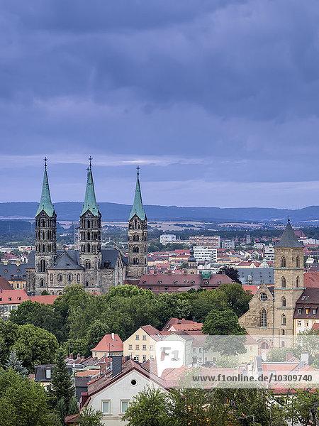 Deutschland  Bayern  Bamberg  Blick auf den Bamberger Dom bei Dämmerung