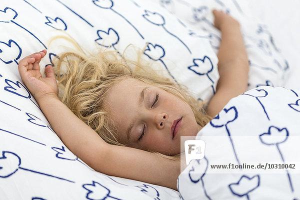 Porträt eines schlafenden blonden Mädchens