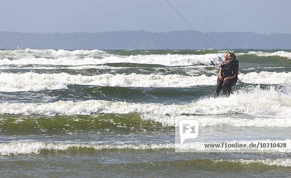 Frankreich  Bretagne  Finistere  Vater und Tochter Kitesurfen