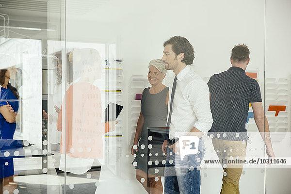 Mitarbeiter in einem modernen Büro unterwegs