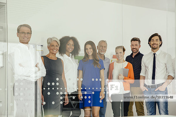 Porträt der lächelnden Mitarbeiter im Büro