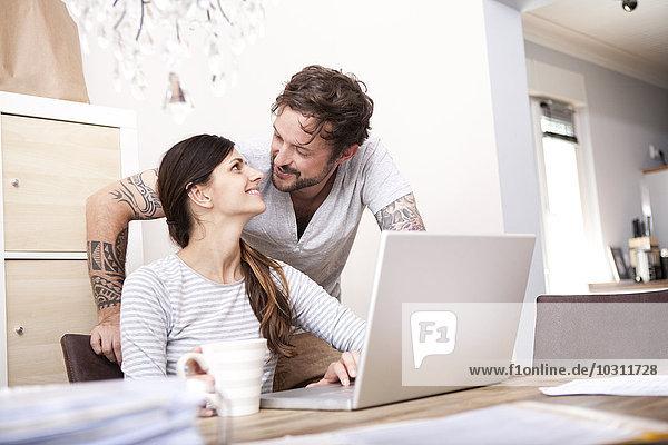 Ein glückliches Paar zu Hause