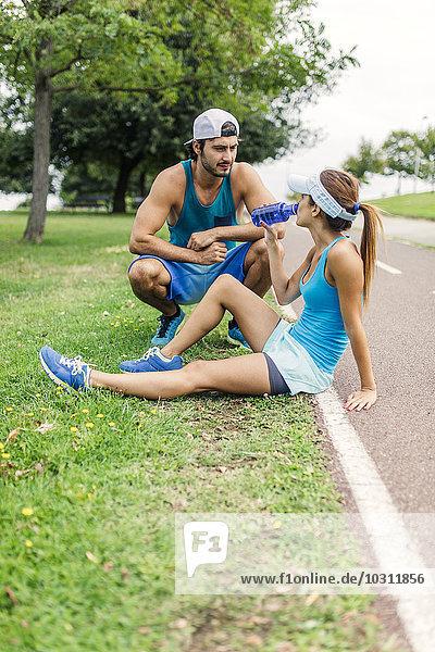 Junges Paar trainiert  macht eine Pause
