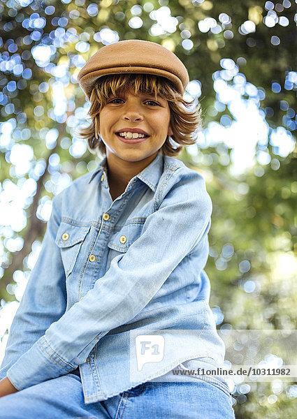 Porträt eines lächelnden blonden Jungen mit Mütze Porträt eines lächelnden blonden Jungen mit Mütze