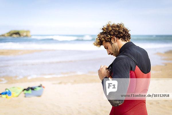 Spanien  Asturien  Colunga  Surfer bei der Vorbereitung am Strand